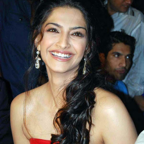 Sonam Kapoor Glamour Cute Smile Girl Wallpapers