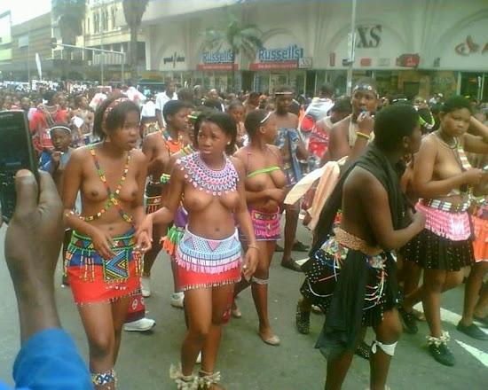 meninas negras de topless em trajes tradicionais