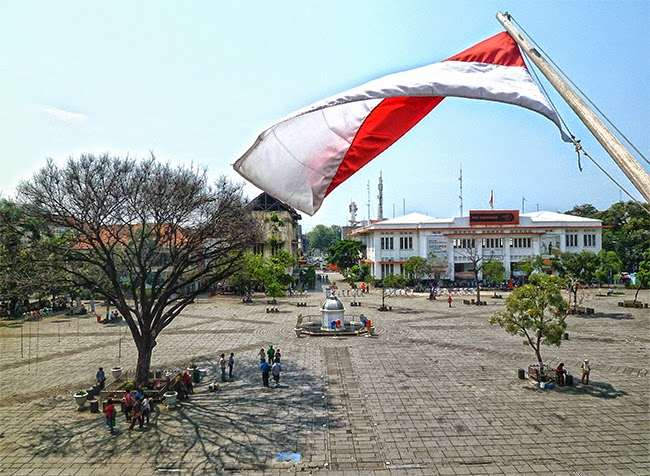 La bandera de Indonesia ondea en la plaza Fatahillah