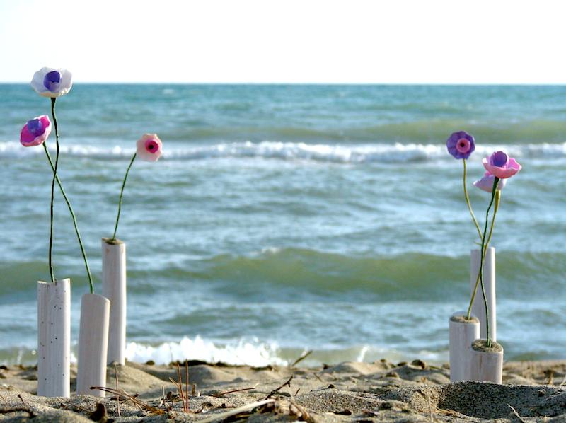 allestimento con fiori di carta per un matrimonio al mare