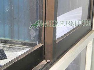 Merawat rel pada pintu sliding geser