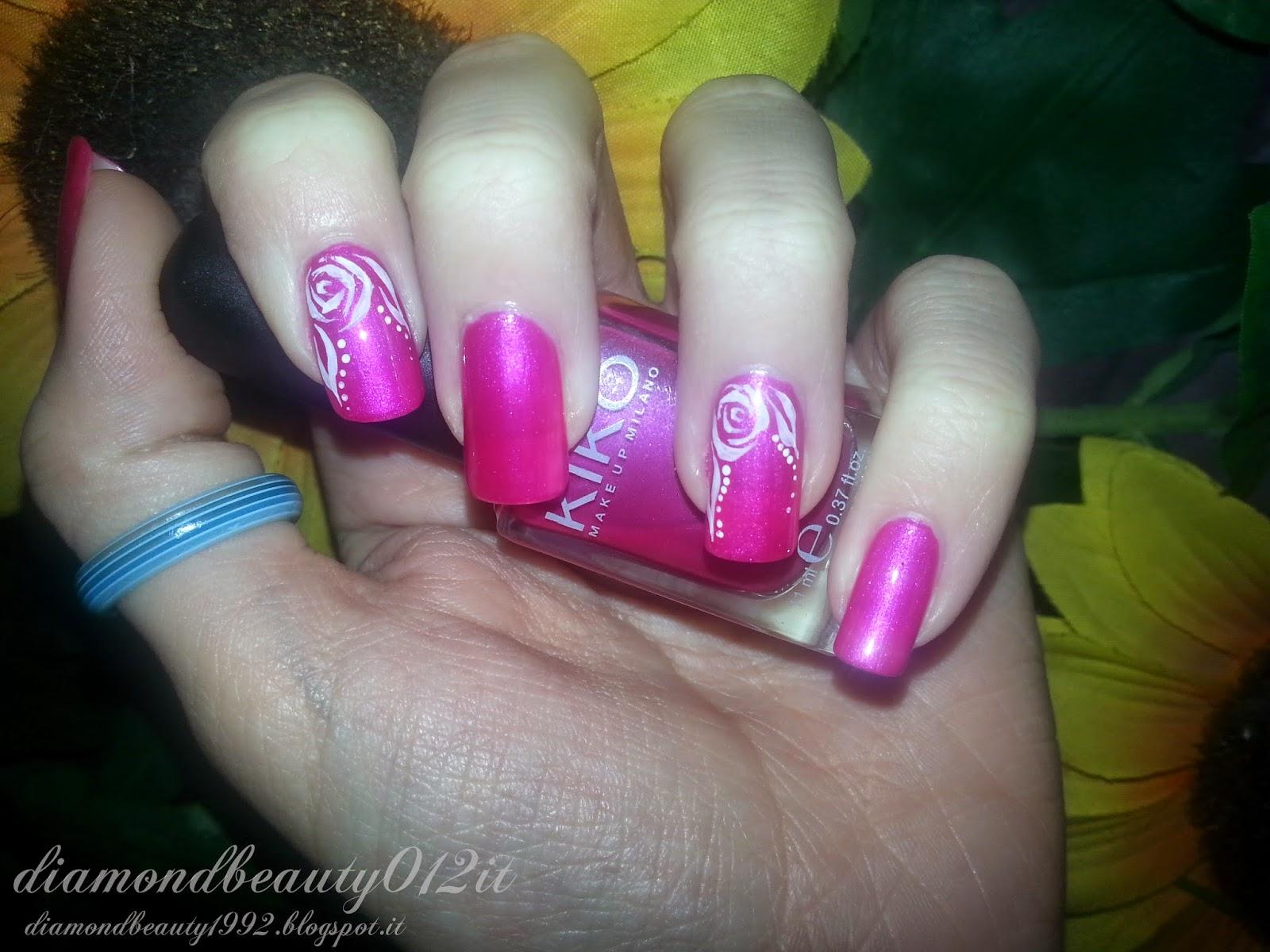 micropittura su unghie rosa stilizzata