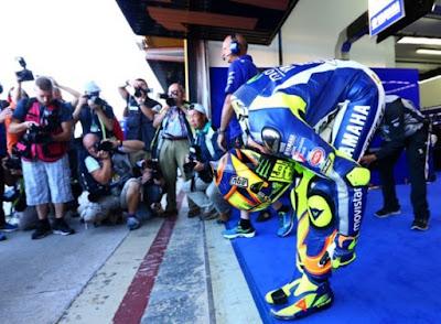 Jauh Start dari Belakang, Rossi Masih Berani Tantang Lorenzo