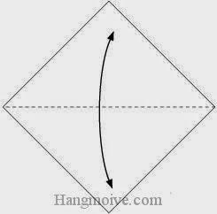 Bước 1: Gấp tờ giấy lại theo chiều lên, xuống để tạo nếp gấp sau đó lại mở ra.