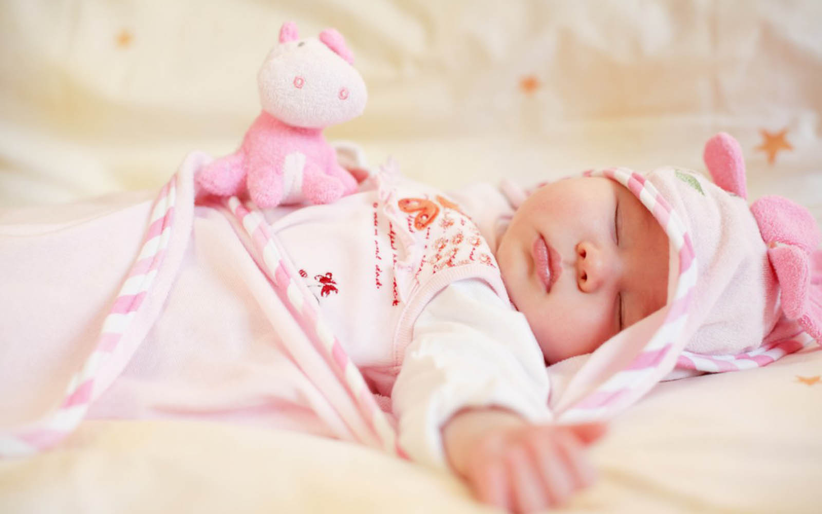 sleep and infants Infants sleep between 9 and 12 hours during the night and nap between 2 and 5  hours during the day at 2 months, infants take between two and four naps each.