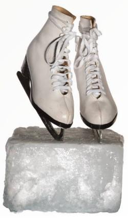 patins à glace sur un bloc de glace