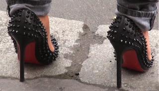 Szöges, szúrós, de legalább jó magas sarka van – cipő divat Párizs 2013 – 2014 – cipő modell lábon a járda szélén állva
