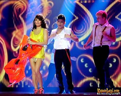Foto Sexy Agnes Monica Lepas Baju Saat Konser