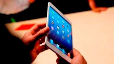 Το iPad Mini κυκλοφόρησε τον Νοέμβριο του 2012, με μέγεθος οθόνης 7,9 ίντσες, σε αντίθεση με το πρότυπο 9,7 ίντσες. Ένα χρόνο αργότερα, κυκλοφόρησε ένα με πιο γρήγορο επεξεργαστή και οθόνη Retina.