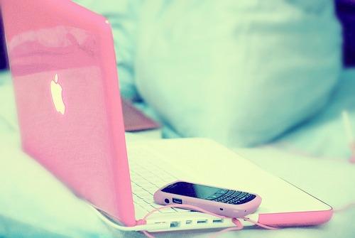 computador e celular rosa
