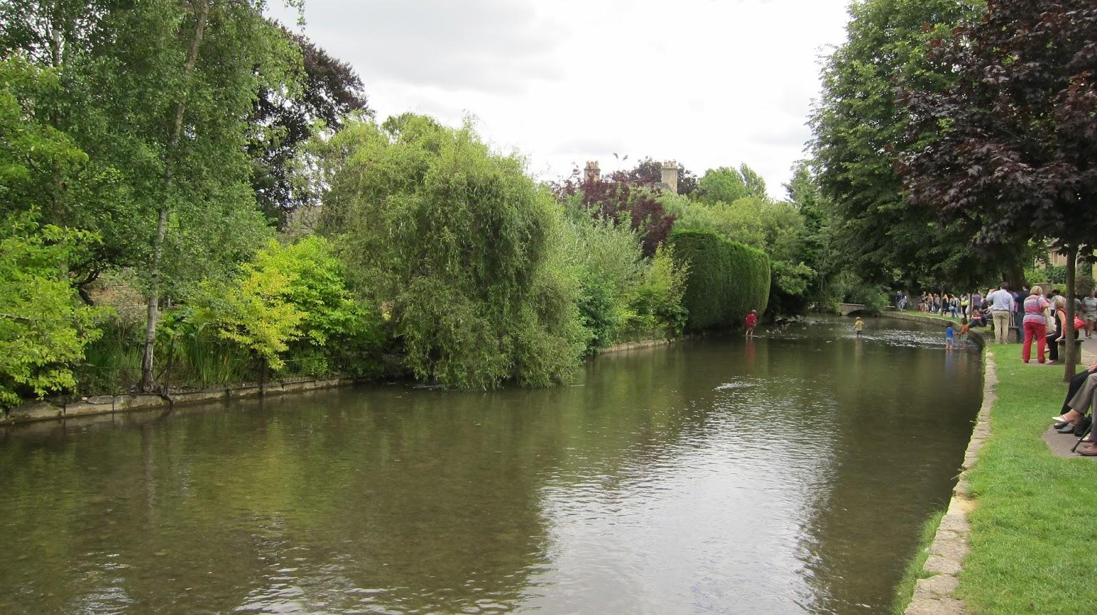 イギリス コッツウォルズ地方バートン・オン・ザ・ワォータ― 夏の水遊びの様子