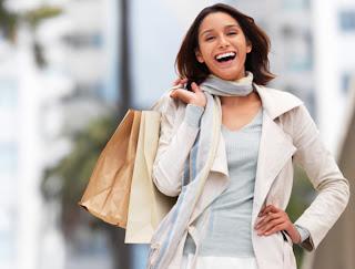 Mulher fazendo compras: Nomes para lojas femininas
