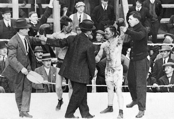 Muhammad Ali, utilizando métodos de entrenamiento bajo el agua.