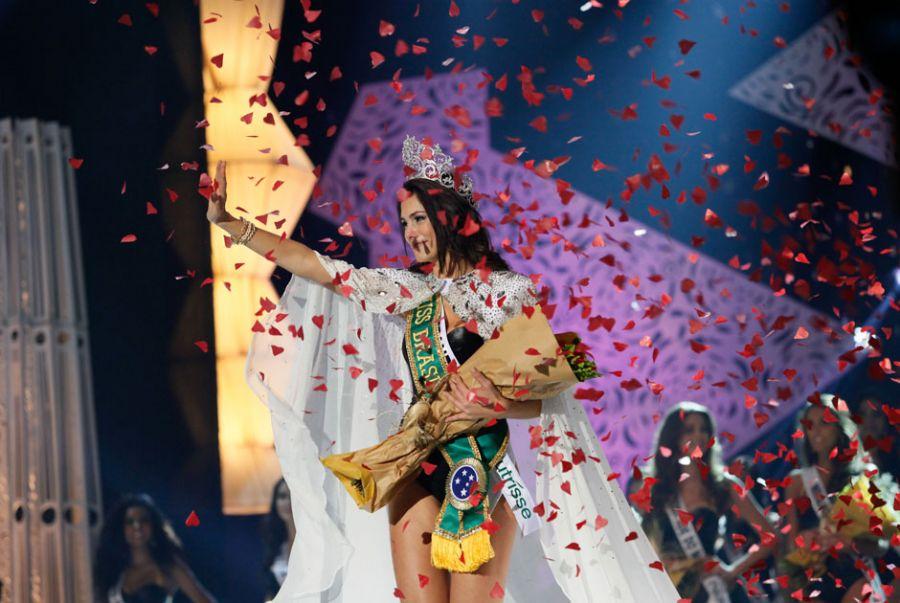 Gabriela Markus, a Miss Brasil 2012, recebe chuva de papel picado em formato de coração