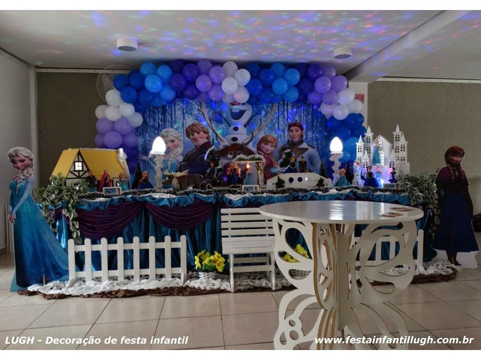 Mesa decorada com o tema Frozen para festa de aniversário infantil de meninas.