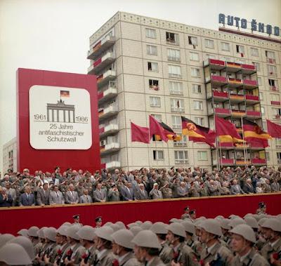 https://commons.wikimedia.org/wiki/File:Bundesarchiv_Bild_183-1986-0813-460,_Berlin,_Parade_von_Kampfgruppen_zum_Mauerbau.jpg
