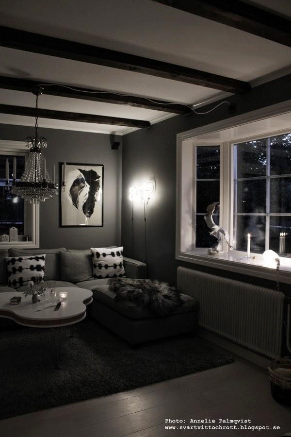 neon, neonljus, neonbokstäver, bokstav, bokstäver, ord, lampa, vägglampa, vägglampor, soffbord, vitt, grått, grå tygsoffa, tavla, tavlor, belysning,