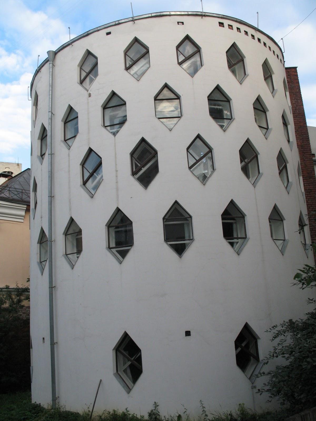 #2B67A0  interno. As janelas criam interessantes desenhos dentro da casa 470 Janelas Duplas Isolamento