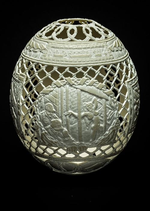 09-Naked-Gil-Batle-Hatched-in-Prison-Carvings-on-Ostrich-Eggs-www-designstack-co