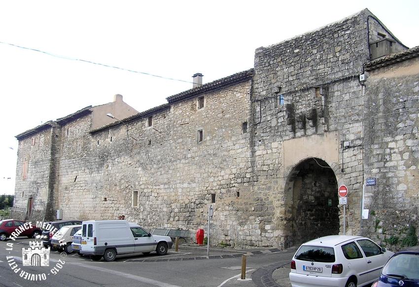 La france medievale saint paul trois chateaux 26 les for Piscine st paul trois chateau