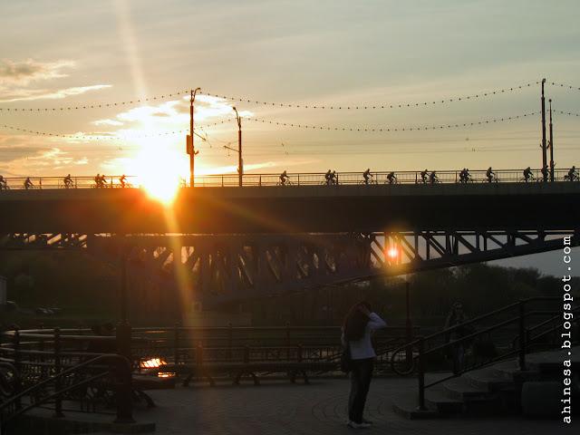 мост, закат, велосипедисты на мосту