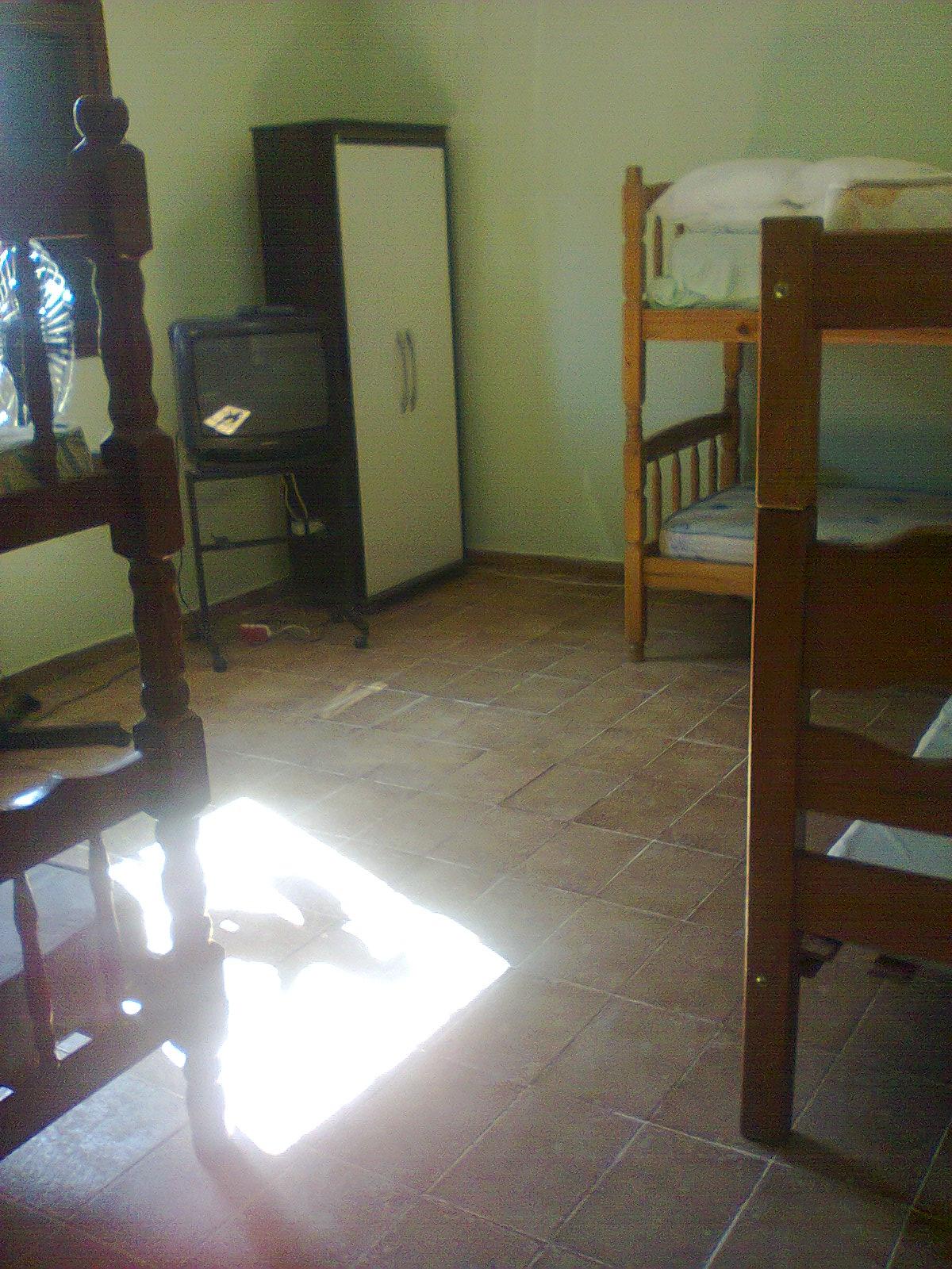 Loca Caraguá: ÓTIMO LOCAL QUARTO E COZINHA 300 METROS DA PRAINHA  #604D38 1200x1600 Banheiro Acessivel Completo