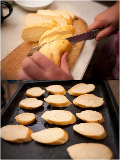 нарезаем хлеб для брускетты