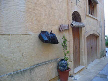 Immondizia appesa a Gozo