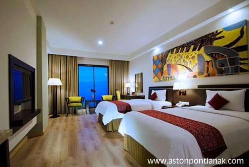 Inilah DELUXE ROOM yang kami tempati hari itu, kapasitas double bed dengan interior yang mengagumkan.  Kami senang.  Foto Aston Pontianak