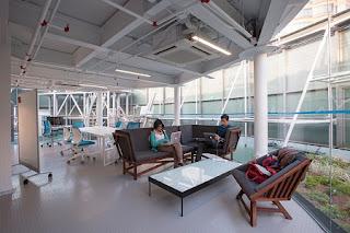 Oficina con Materiales Reciclados y Azotea Verde