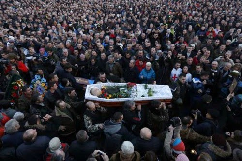 Đám đông người dân Ukraine vác quan tài đựng xác người biểu tình bị giết đi lại trên phố