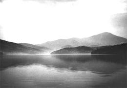 Montaña grandiosa blanca junto a un lago y la lucha feroz contra unos asesinos-violadores