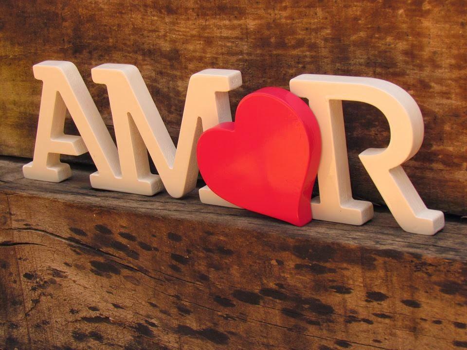 """Foto da palavra AMOR feita em MDF, coma letra """"O"""" em formato e coração."""