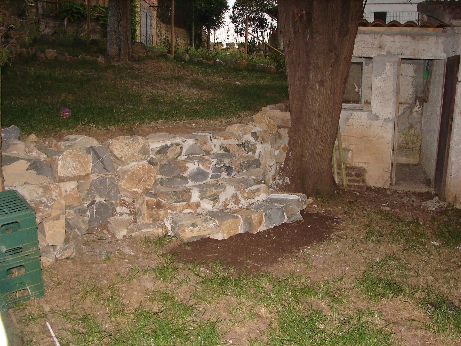 Bricoleuti muretto in pietra colombina con scalinata e for Mattoni tufo giardino
