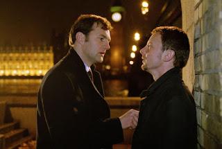 Stephen Collins (Dave Morrissey) e Cal McCaffrey (John Simm) em cena na minissérie da BBC Intrigas de Estado