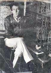 Los sintetizadores modulares E-mu y Moog presiden el estudio de Richard Pinhas hacia 1980.