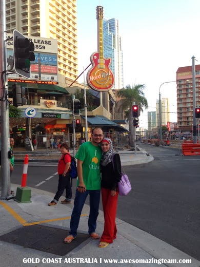 Dr Hasbi dan Adibah depan Hard Rock Gold Coast