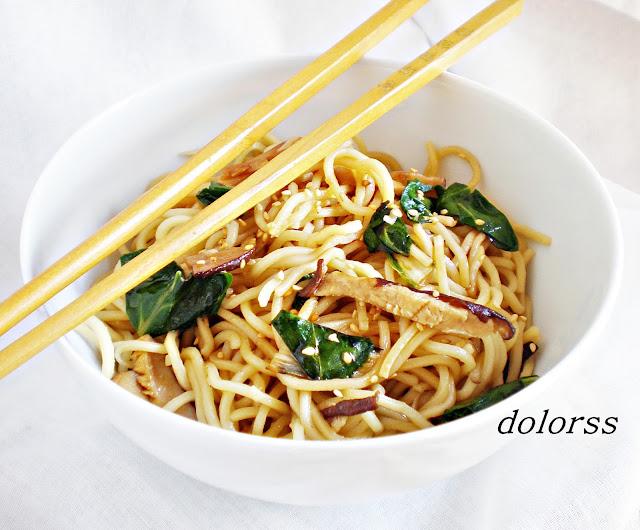 Fideos noodles con setas shiitake, acelgas y salsa teriyaki