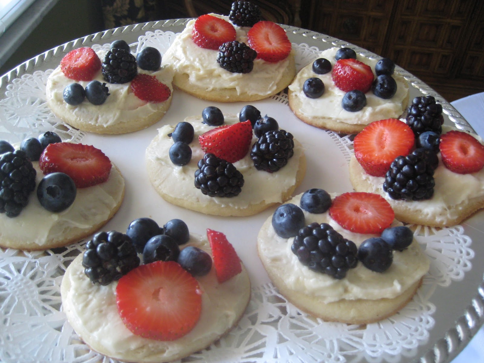 tidwell test kitchen: Mini Fruit Pizzas on Sugar Cookies