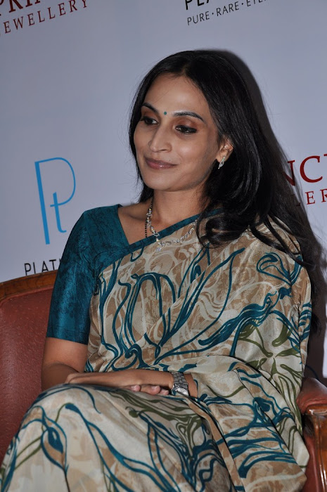 aishwarya, dhanush launches prince jewellery platinum collections latest photos