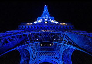 fotografia tomada desde abajo de la torre Eiffel