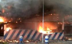 Arogan Bubarkan Massa, Pos Polisi Dibakar Massa