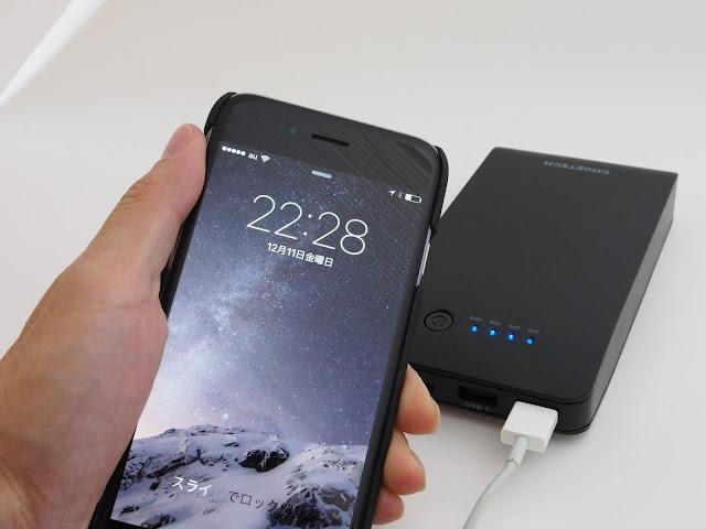 まさに逆転の発想 。Lightningケーブルから→充電(蓄電)出来る15600mAh大容量モバイルバッテリー。バッテリー側にLightningコネクタ(受口)が付いている。