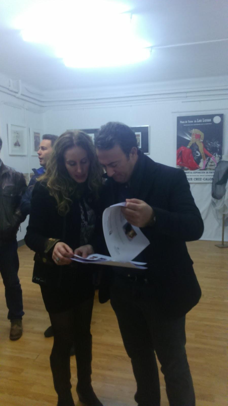 Víctor Podo con el libro de poesías e imágenes de Calonge y Rosso