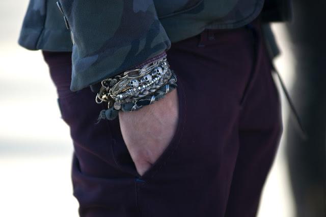 Complementos hombre. Pulseras con pantalón granate.