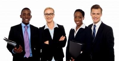 Aqui tem uma imagem com quatro jovens profissionais
