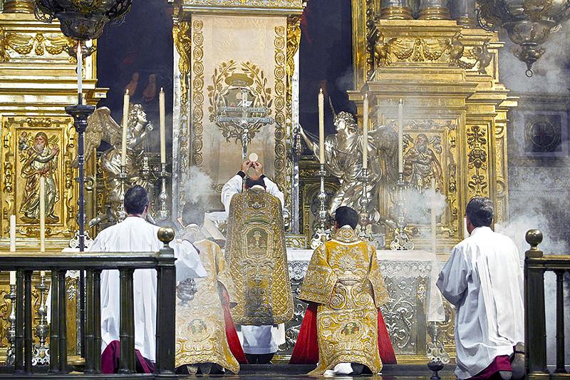 http://4.bp.blogspot.com/-DY1bxZkTwdY/Ubaz3xgC7OI/AAAAAAAAMlU/h21uCy-dnNU/s1600/CATHOLICVS-Santa-Misa-Corpus-Christi-Valencia-Holy-Mass-1.jpg