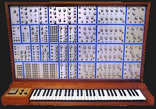 El complejo sintetizador E-mu Modular utilizado por Richard Pinhas en East West pero con otra configuración de módulos.