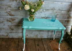 Queen Anne table in turquoise met tekst