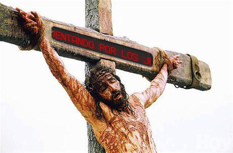 Jesucristo crucificado con una pantalla led en la parte superior de la cruz que dice INRI, Este es Jesus Rey de los Judios, o inventando por los judios | Ximinia